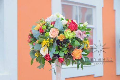 Пышная цветочная композиция в стеклянной вазе