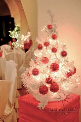 Елочка белая украшенная новогодними шарами для корпоративного мероприятия