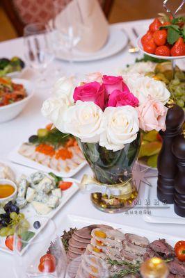 Букеты из роз в вазе на столе гостей