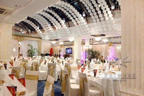 Дизайн новогоднего оформления корпоративного мероприятия в банкетном зале в отеле