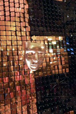 Золотая фотозона с маской