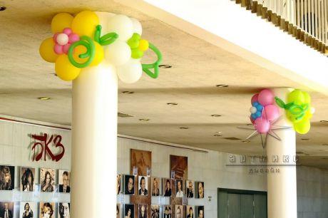 Праздничный декор колонн шарами из цветов