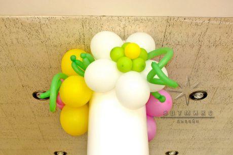 Цветы из воздушных шаров в украшении колонны