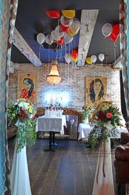 Цветочные композиции  добавляют изысканную гармонию в оформлении зала