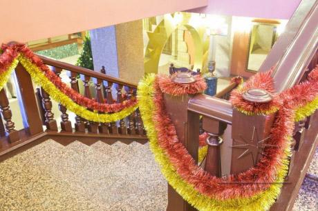 Новогодний декор в оформлении лестнице с оттенками красного