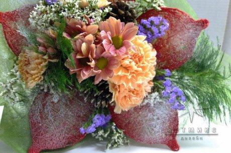 Новогодний букет очаровывает не только ароматом, но и формой и цветом