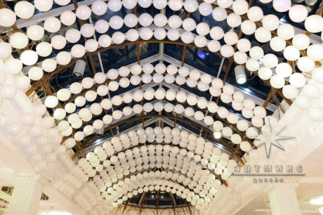 Декор из воздушных шаров под потолком