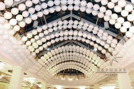 Воздушные шары в виде гирлянд в оформлении банкетного зала, заполнено все пространство под потолком