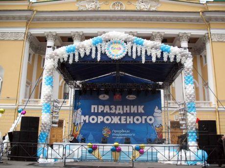 Украшение на сцене баннерами и шарами