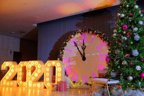 Часы в новогоднем оформлении офисов