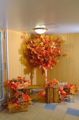 Декорация дерево с осенней листвой