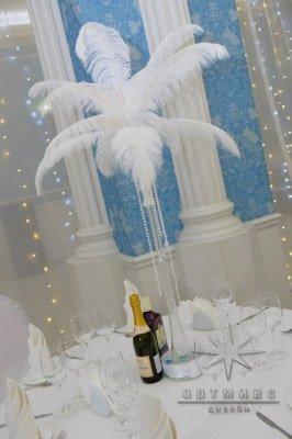 Новогодняя композиция на стол - белые перья в вазе