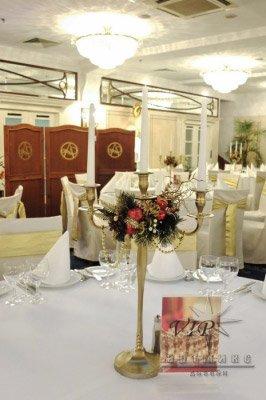 Золотой канделябр с новогодним декором для украшения стола на новогоднем банкете