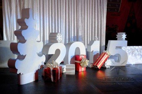 Украшение буквами и цифрами сцены на Новый Год