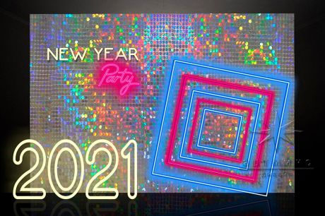 Фотозона из пайеток с неоновыми надписями к Новому году