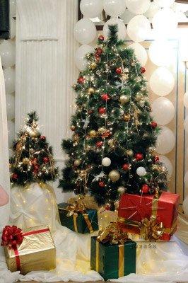 Новогодние красиво украшенные елочки с подарками и подсветкой в Амбассадоре
