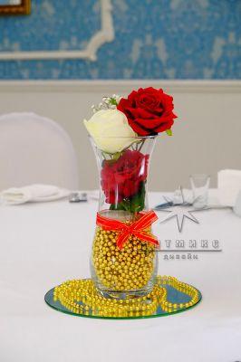 Красная роза и золотой декор в вазе