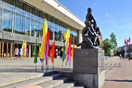 Оформление уличной площадки у БКЗ флагами для праздника Международного дня защиты детей
