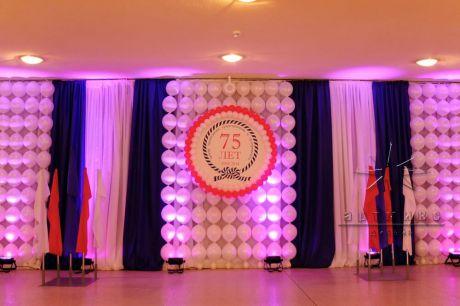Праздничное оформление шарами и баннерами с логотипом компании