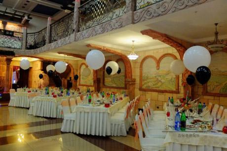 Оформление шарами декора столов гостей