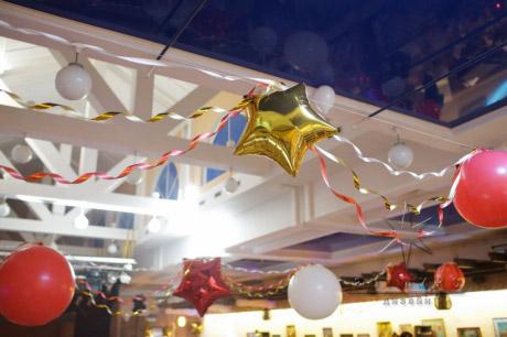 Шары под потолком в оформлении праздничного оформления
