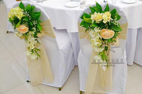 Оформление стульев цветочными композициями