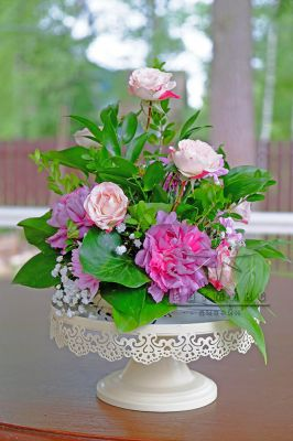 Цветы на столе в ажурной вазе