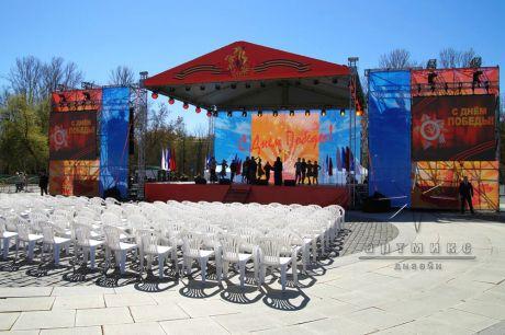 Праздничное оформление сцены на улице ко Дню Победы