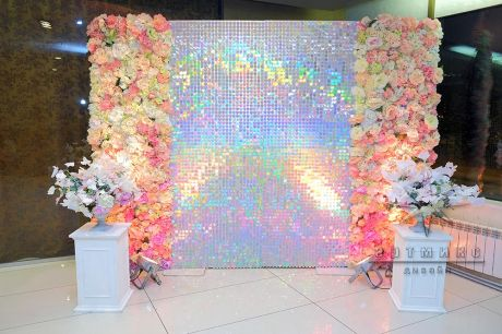 Фотозона  с цветами и пайетками