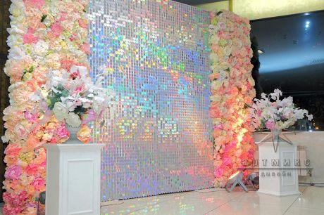 Эксклюзивная блестящая фотозона  с цветами и пайетками