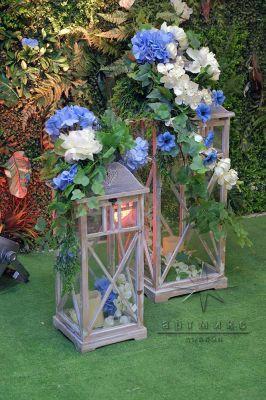 Декоративный фонарик с цветочной композицией и свечами
