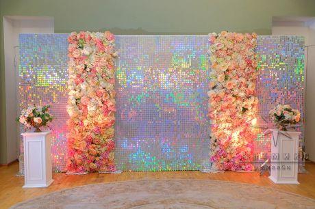 Блестящая фотозона из переливающихся пайеток и цветов