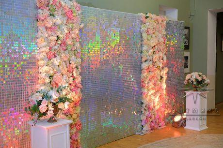 Блестящий фон из переливающихся пайеток и цветов