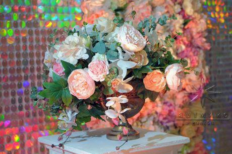 К фону можно добавить вазы с цветами