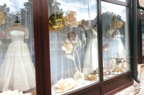 Оформление витрин в свадебном салоне