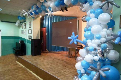 Воздушные шары на выпускном в гимназии
