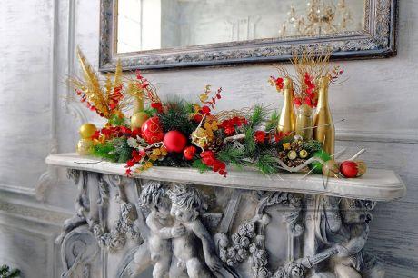Новогодняя композиция сочетается с умеренностью и желанием выдержать ее в традиционных красно-золотых тонах