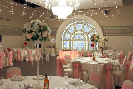Оформление зала в розовом цвете