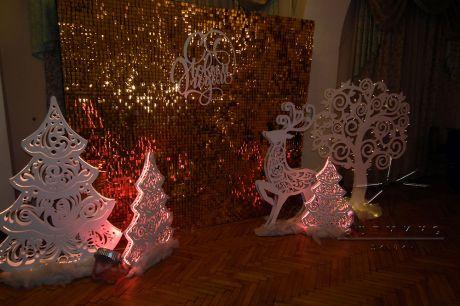 Фотозона из пайеток и новогодние фигуры