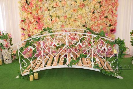 Цветочный стенд с Мостиком