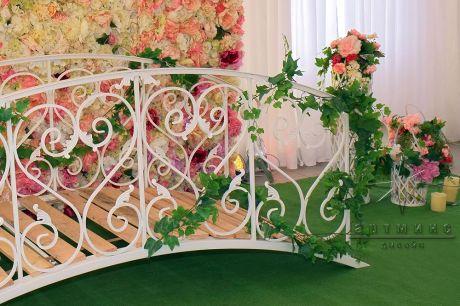 Оформление фотозоны Летний сад  с мостиком