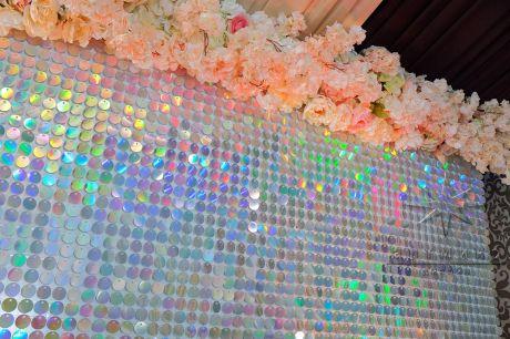 Стена из перламутровых пайеток и цветочной гирляндой