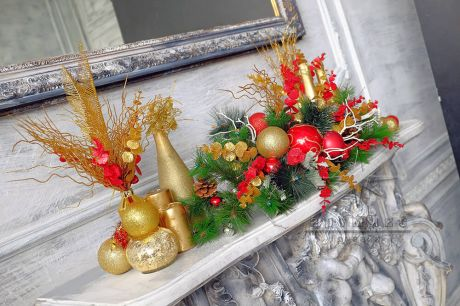 Классический пример торжественной зимней композиции (гирлянды) в красно-золотых тонах