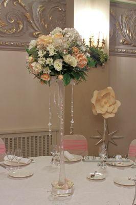 Высокая ваза с круглой цветочной композицией