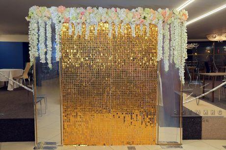 Золотая фотозона с пайетками и зеркалами