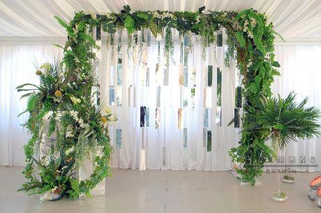 Фото зона Экзотика с пальмовыми листьями и монстерой