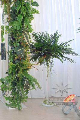 Высокая ваза с листьями финиковой пальмы