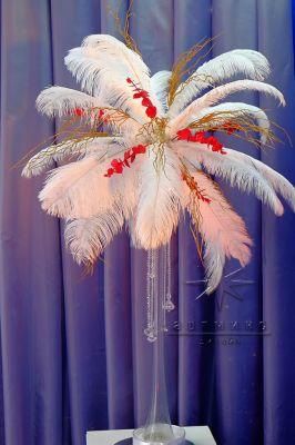 Перья страуса на высоких вазах для новогоднего декора