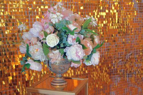 Цветочная композиция в золотой вазе