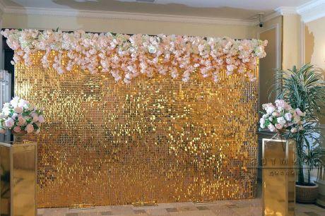 Фото зона Живая стена из золотых пайеток